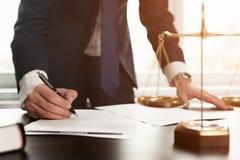 Advocaat die met documenten werken Het concept van de rechtvaardigheid stock afbeeldingen