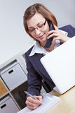 Advocaat die overleg geeft telefonisch Stock Afbeeldingen