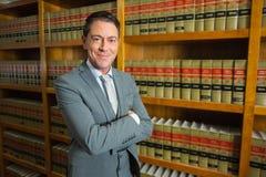 Advocaat die zich in de wetsbibliotheek bevinden Royalty-vrije Stock Afbeeldingen