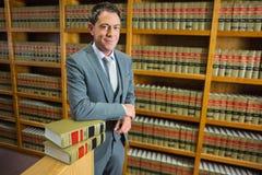 Advocaat die zich in de wetsbibliotheek bevinden Royalty-vrije Stock Afbeelding