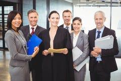Advocaat die zich samen met zakenlui bevinden royalty-vrije stock afbeelding
