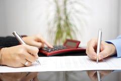Advocaat en cliënt die contract en prijzen voltooien royalty-vrije stock afbeelding