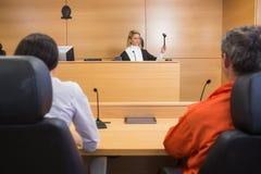 Advocaat en cliënt die luisteren te oordelen royalty-vrije stock fotografie