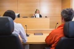 Advocaat en cliënt die luisteren te oordelen royalty-vrije stock foto's