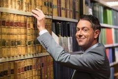 Advocaat het plukken boek in de wetsbibliotheek Stock Afbeeldingen