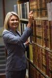 Advocaat het plukken boek in de wetsbibliotheek Stock Foto's