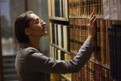 Advocaat het plukken boek in de wetsbibliotheek Royalty-vrije Stock Afbeeldingen