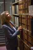 Advocaat het plukken boek in de wetsbibliotheek Stock Afbeelding