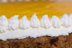 Advocaat-Kuchen auf weißem hölzernem Makro Stockfotografie