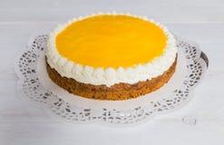 Advocaat-Kuchen auf weißem Holz Lizenzfreie Stockfotos