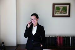 Advocaat op kantoor dat op telefoon spreekt royalty-vrije stock foto
