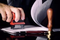 Advocaat of procureur die in bureau met automatische zegel werken royalty-vrije stock foto's
