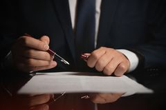 Advocaat, procureur die een contract ondertekenen stock foto's