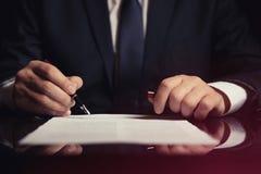Advocaat, procureur die een contract ondertekenen royalty-vrije stock foto