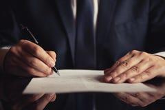 Advocaat, procureur die een contract ondertekenen royalty-vrije stock afbeelding