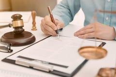Advocaat, procureur of notaris die in bureau werken royalty-vrije stock foto
