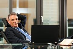 Advocaat in zijn bureau stock foto