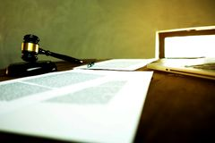 Advocaatdesktop, werkruimte met laptop, hamer, document en pen op Th royalty-vrije stock afbeeldingen
