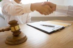 Advocaathanddruk Advocaatmensen die handen met cliënt schudden, die omhoog een vergadering, de onderhandeling van de Succesoveree royalty-vrije stock afbeelding
