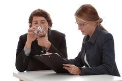 Advocaten die aan overeenkomst werken stock afbeelding