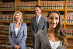 Advocaten die boek in de wetsbibliotheek lezen Royalty-vrije Stock Fotografie
