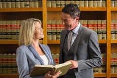 Advocaten die boek in de wetsbibliotheek lezen Royalty-vrije Stock Afbeelding