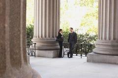 Advocaten die buiten Gerechtsgebouw spreken Stock Afbeelding