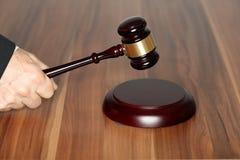 Advogado com martelo à disposição Imagem de Stock