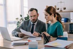 advogado e cliente que discutem o contrato no local de trabalho com o portátil fotos de stock royalty free