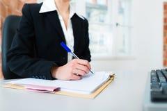 Advogado no escritório que senta-se no computador Fotos de Stock