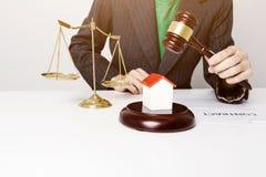 Advogado novo que guarda o funcionamento de madeira do martelo imagem de stock royalty free
