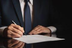 Advogado, advogado que assina um contrato imagem de stock