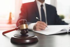 Advogado que trabalha com documentos Conceito de justiça fotos de stock