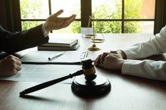 Advogado que trabalha com o cliente do contrato na tabela no escrit?rio advogado do consultante, advogado, juiz da corte, conceit fotografia de stock royalty free