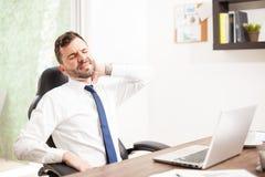 Advogado que trata a dor de pescoço em um escritório imagem de stock royalty free