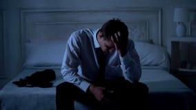 Advogado triste que senta-se na cama na noite, no caso falhado, na decepção e na frustração imagem de stock royalty free