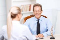 Advogados profissionais que têm a conversação foto de stock royalty free