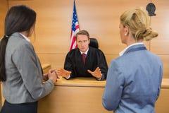 Advogados que falam com o juiz imagem de stock