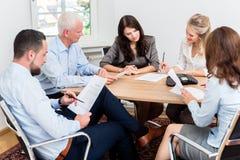 Advogados que têm a reunião da equipe na empresa de advocacia Imagens de Stock Royalty Free