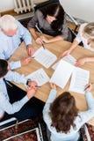 Advogados que têm a reunião da equipe na empresa de advocacia Imagens de Stock