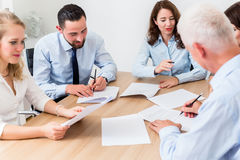Advogados que têm a reunião da equipe na empresa de advocacia Fotos de Stock