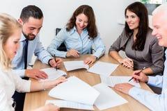 Advogados que têm a reunião da equipe na empresa de advocacia Fotografia de Stock