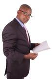 Advokat eller affärsman som läser en bok Royaltyfri Bild