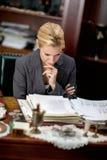 Advokat eller bankar eller affärskvinna som i regeringsställning arbetar Royaltyfri Foto