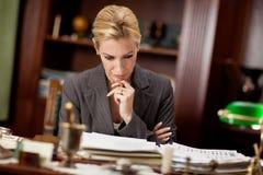 Advokat eller bankar eller affärskvinna som i regeringsställning arbetar Arkivbild