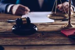 Advokat eller notarius publicu som arbetar på hans kontor Arkivbilder