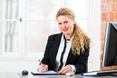 Advokat i regeringsställning som sitter på datoren Arkivfoto