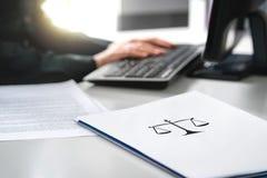 Advokat med datoren Advokat som arbetar i advokatbyrå och företag arkivbilder