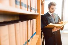 Advokat med ?mbetsdr?kten som ?r klar f?r domstoll?sning efter lagen en sista g?ngen arkivbild