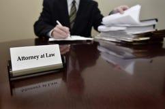 Advokat på skrivbordet med affärskortet Arkivbild